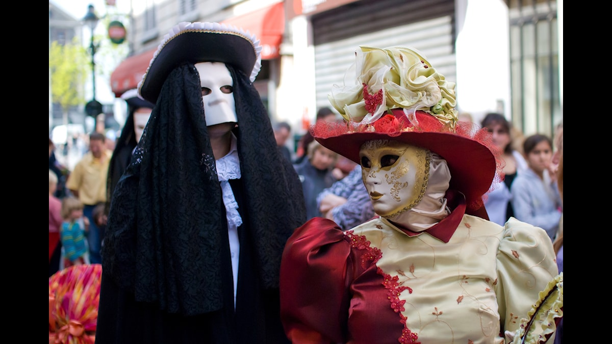 Ursprungligen var maskbärandet förbehållet aristokratin. Men på 1600-talet var maskbärandet allmänt förekommande i Venedig.
