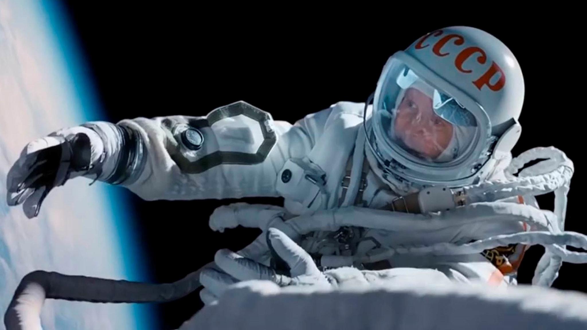 """Kosmonauten Aleksej Leonov (Evgenij Mironov) på rymdpromenad i """"När vi var först""""."""
