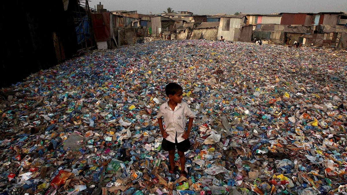 En plats för återvinning av plastflaskor i Indien.