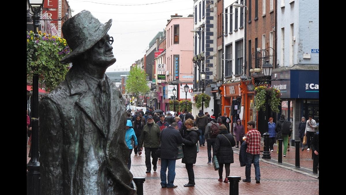 En staty föreställande James Joyce betraktar gatulivet i Dublin.