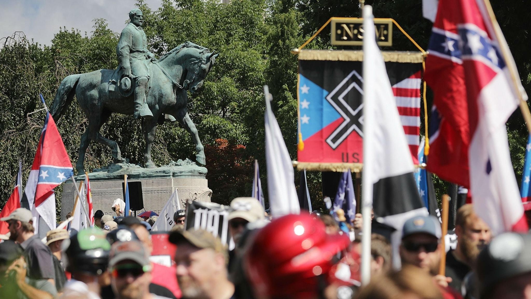 Högerextrema samlade framför en staty av Robert E Lee i Charlottesville, Virginia.