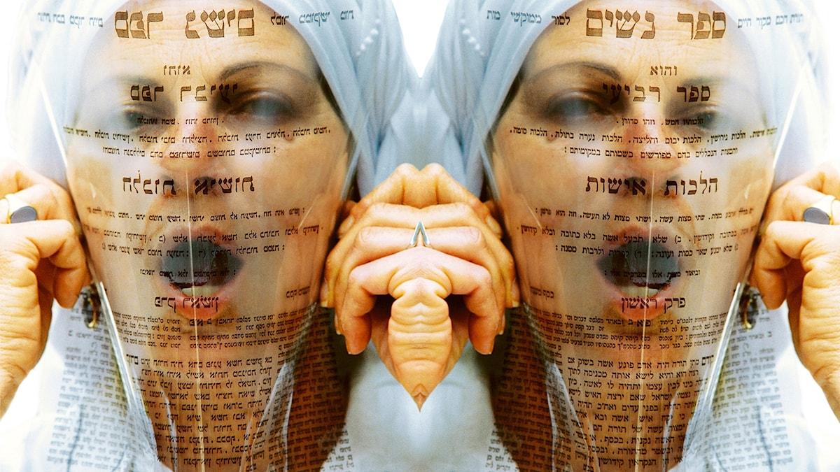"""fotografiskt självporträtt med titeln """"Sefer nashim"""" – kvinnornas bok – ser Nechama Golan ut att bokstavligen kvävas av en medeltida, religiös text om kvinnor – tryckt på genomskinlig plast."""
