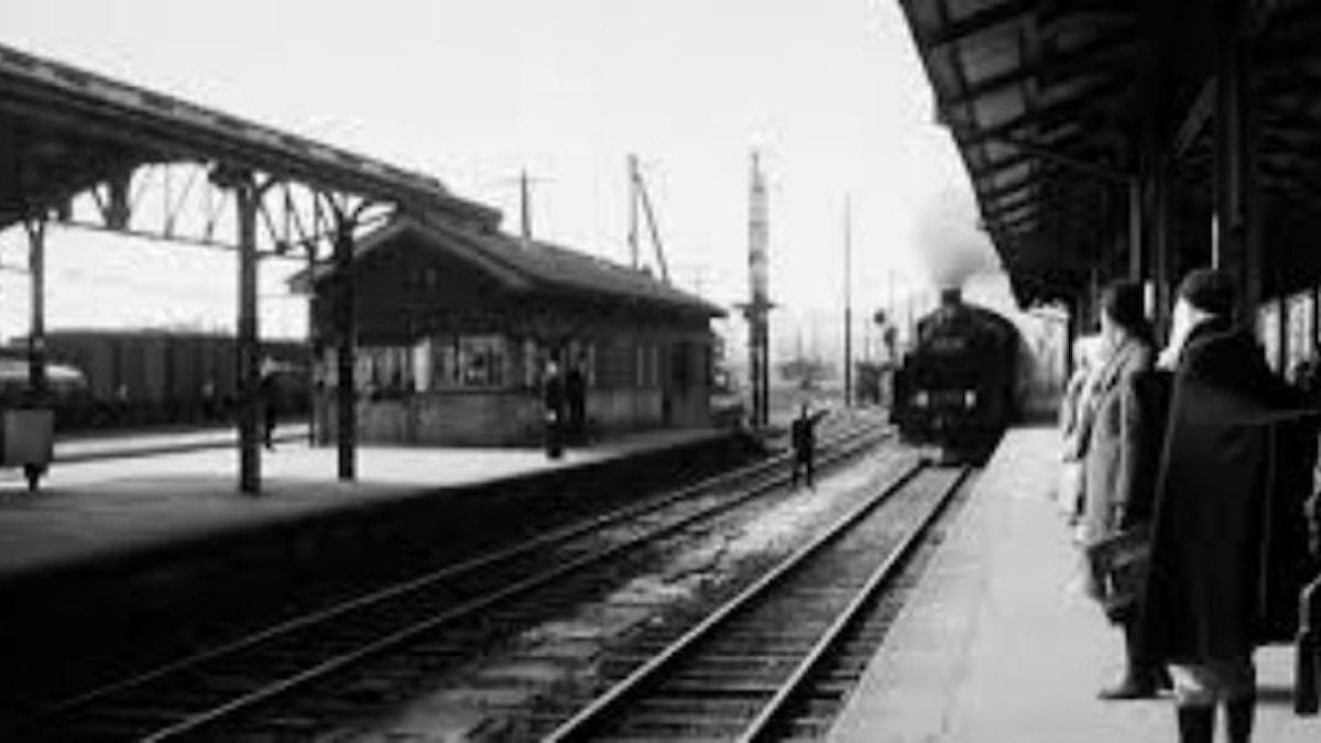"""Stillbild ur bröderna Lumières film """"Tåget ankommer Ciotats station"""" från 1895."""