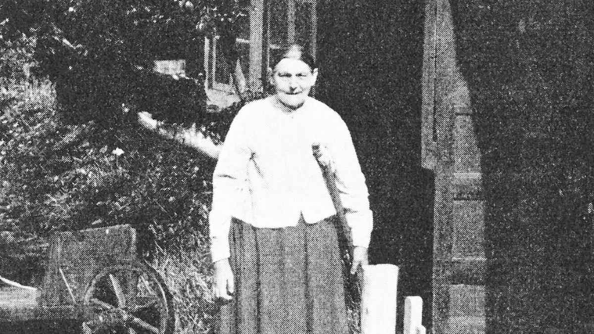 Cilla Banck vid sin stuga i Arild.