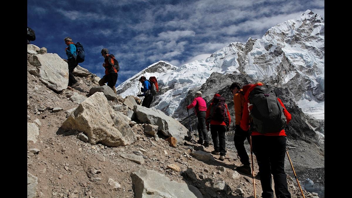 Varför måste bergen bestigas? Det finns större bedrifter än att ta sig upp på en fjälltopp, menar Aase Berg. Att föda barn, till exempel.