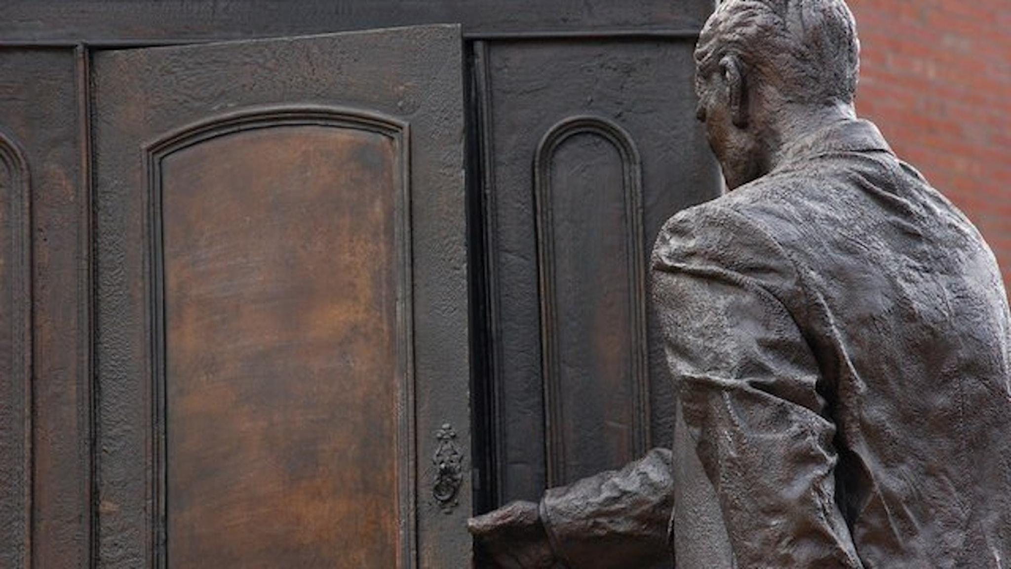 """CS Lewis-skulpturen """"The Searcher"""" i Belfast."""