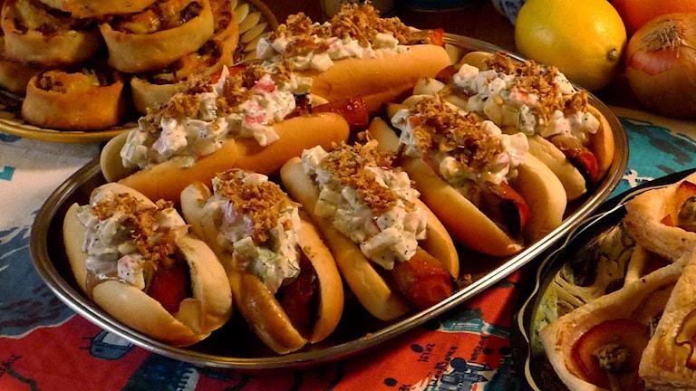 Hot dog-morot med tahinkräm och äpplerelish med dill