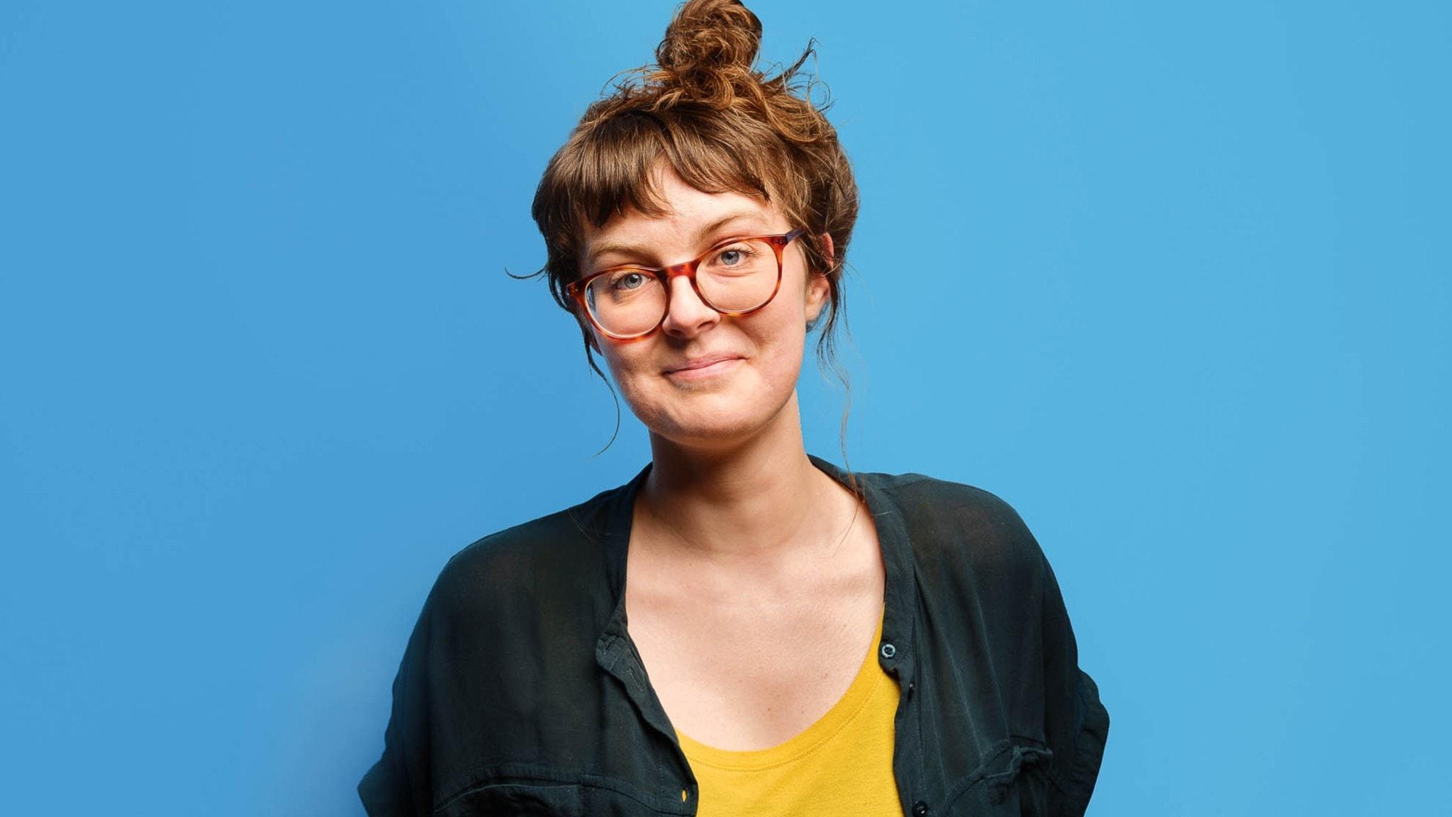 Porträtt på Ida Nordung, programledare på P3, mot en blå bakgrund