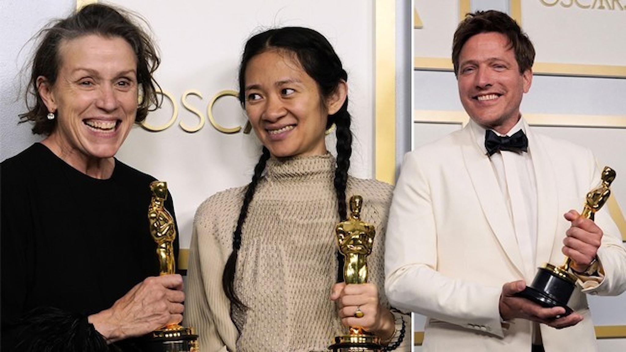 """Tre personer som ser glada ut med sina Oscarsstatyetter: Frances McDormand och Chloe Zhao fick Oscars för """"Nomadland"""" och Thomas Vinterberg för sin """"En runda till""""."""