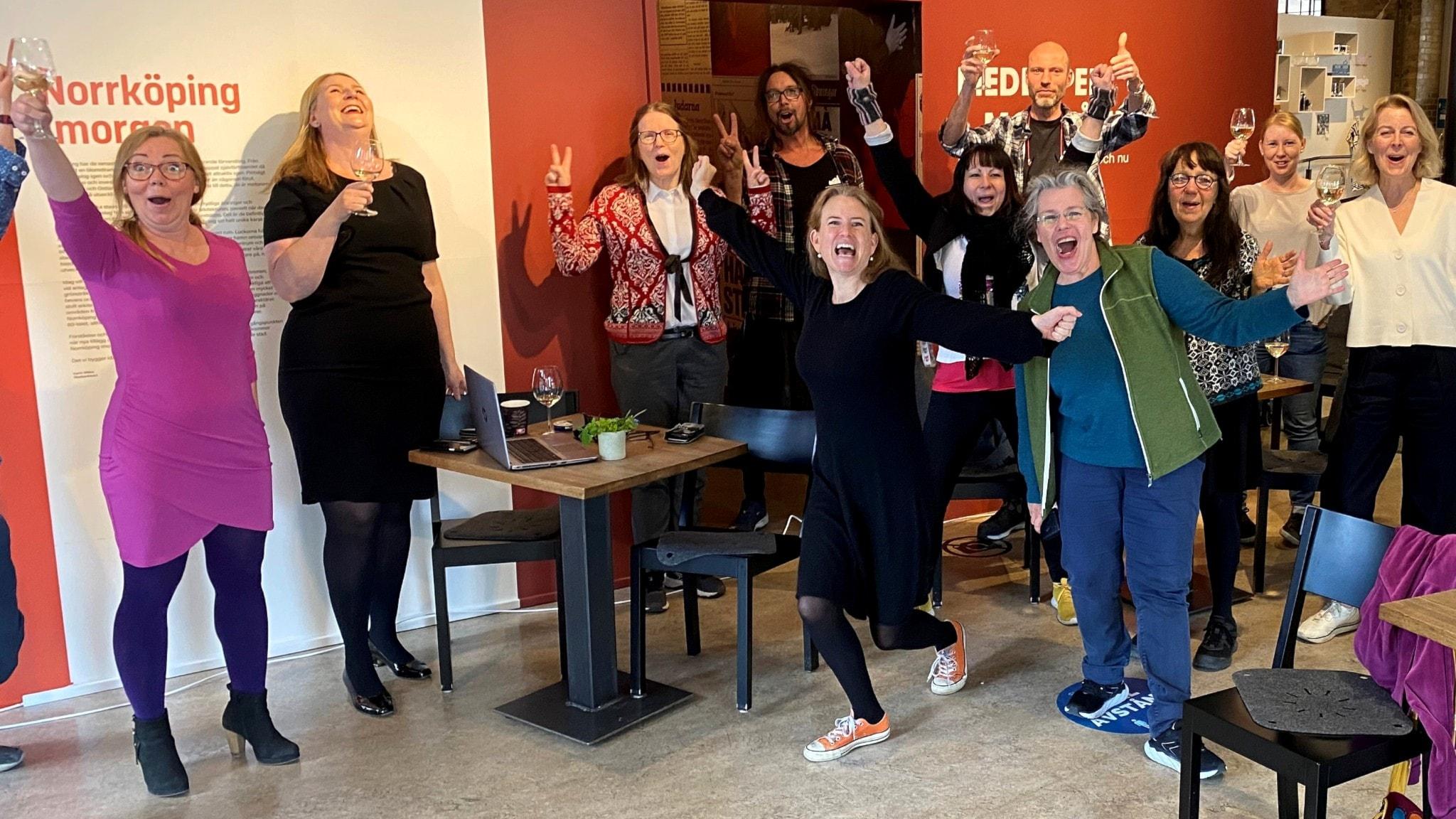 """Personalen på Norrköpings Stadsmuseum jublar efter att ha fått utmärkelsen """"Årets Museum""""."""