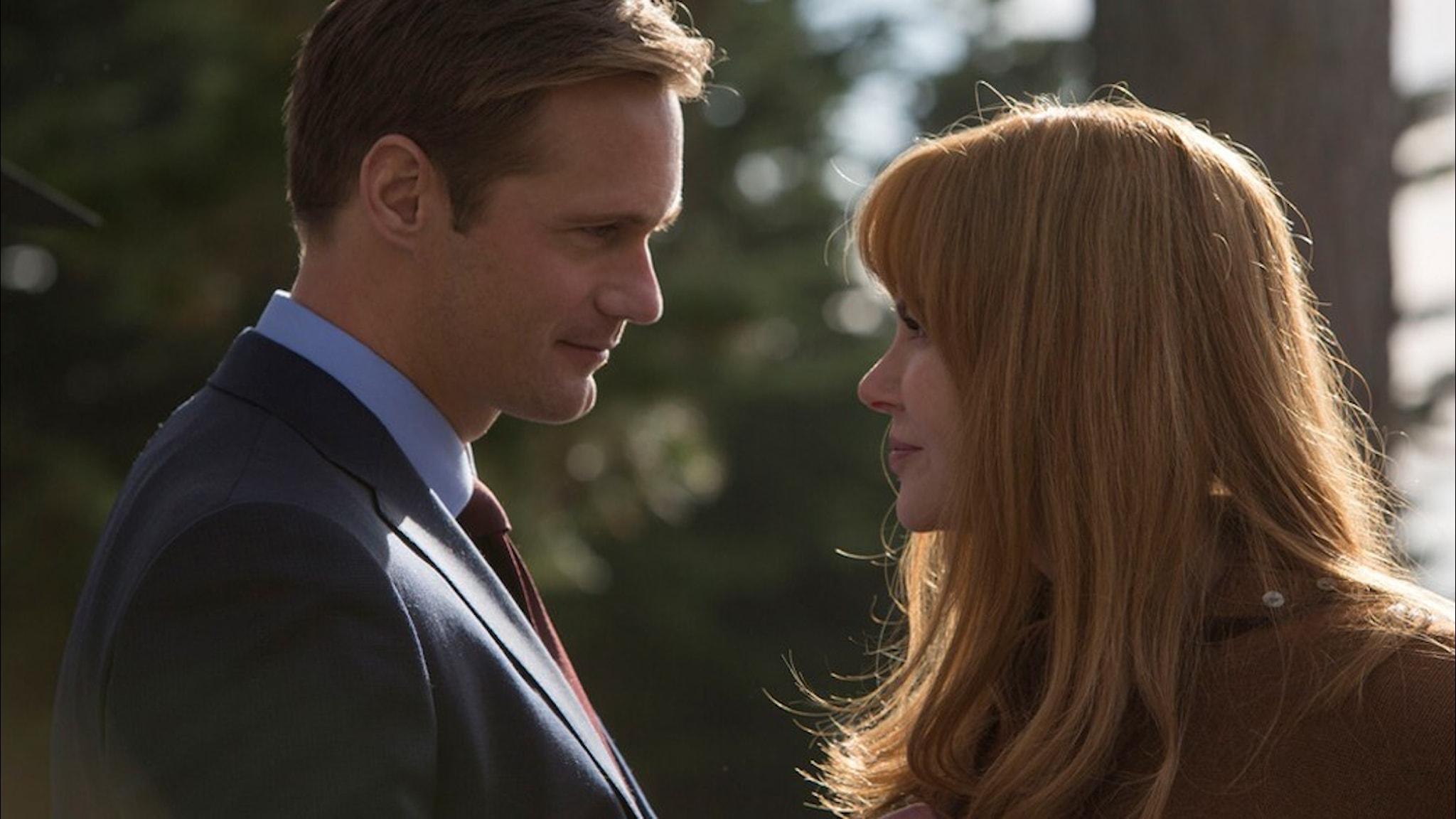 """Skådespelarna Alexander Skarsgård och Nicole Kidman i tv-serien """"Big little lies"""" står nära varandra och tittar in i varandras ögon."""