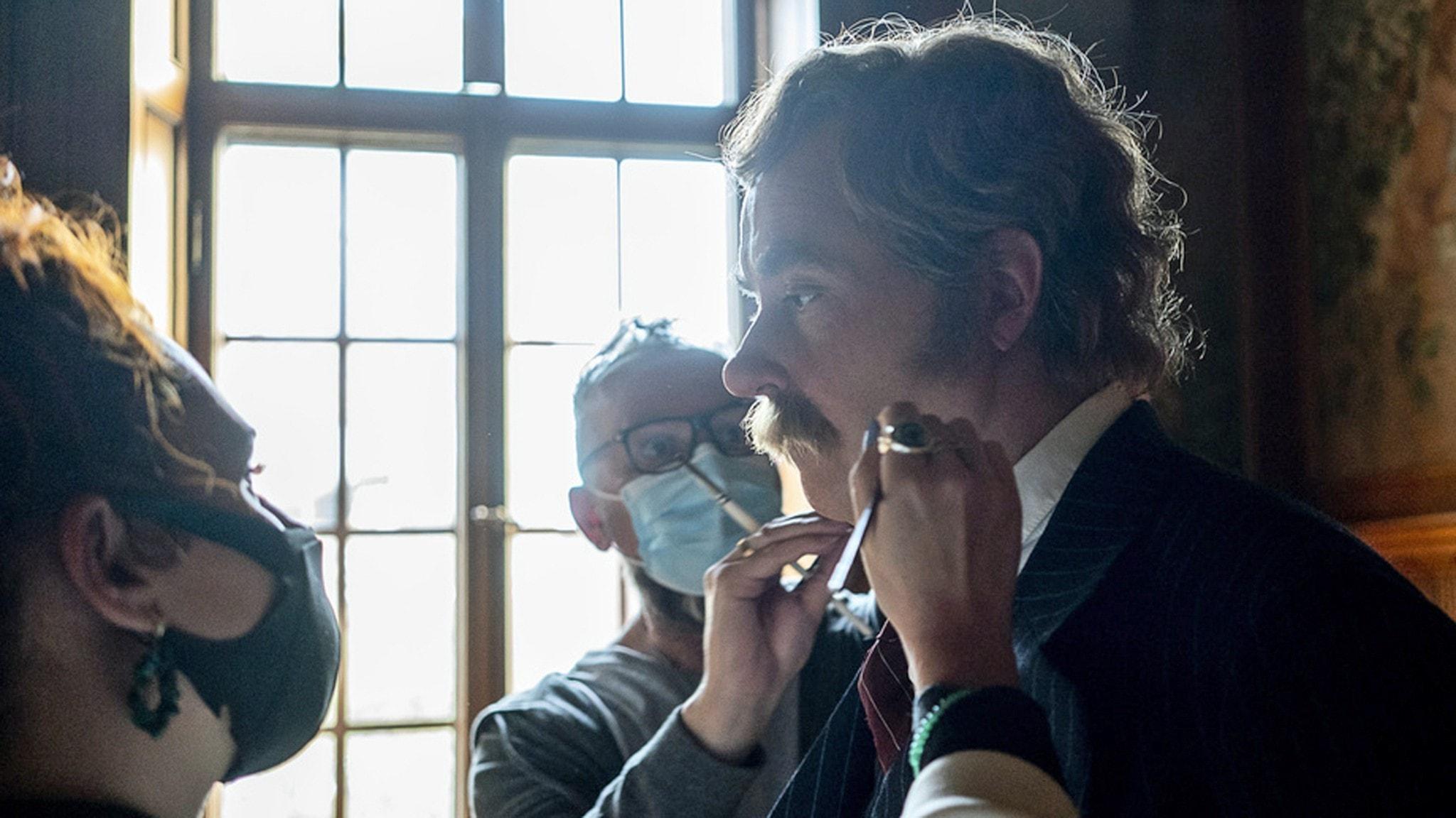 Jonas Karlsson som Karl-Bertils pappa får en sista koll av sminket av Eros Codinas och Brogan Sharp under inspelningen av Karl-Bertil Jonssons julafton (med planerad premiär i november 2021).