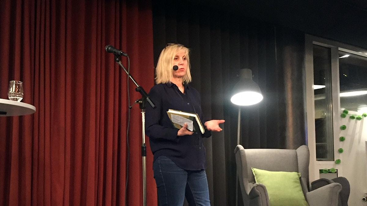 Författaren Marie Hermansson på Trollhättans stadsbibliotek.