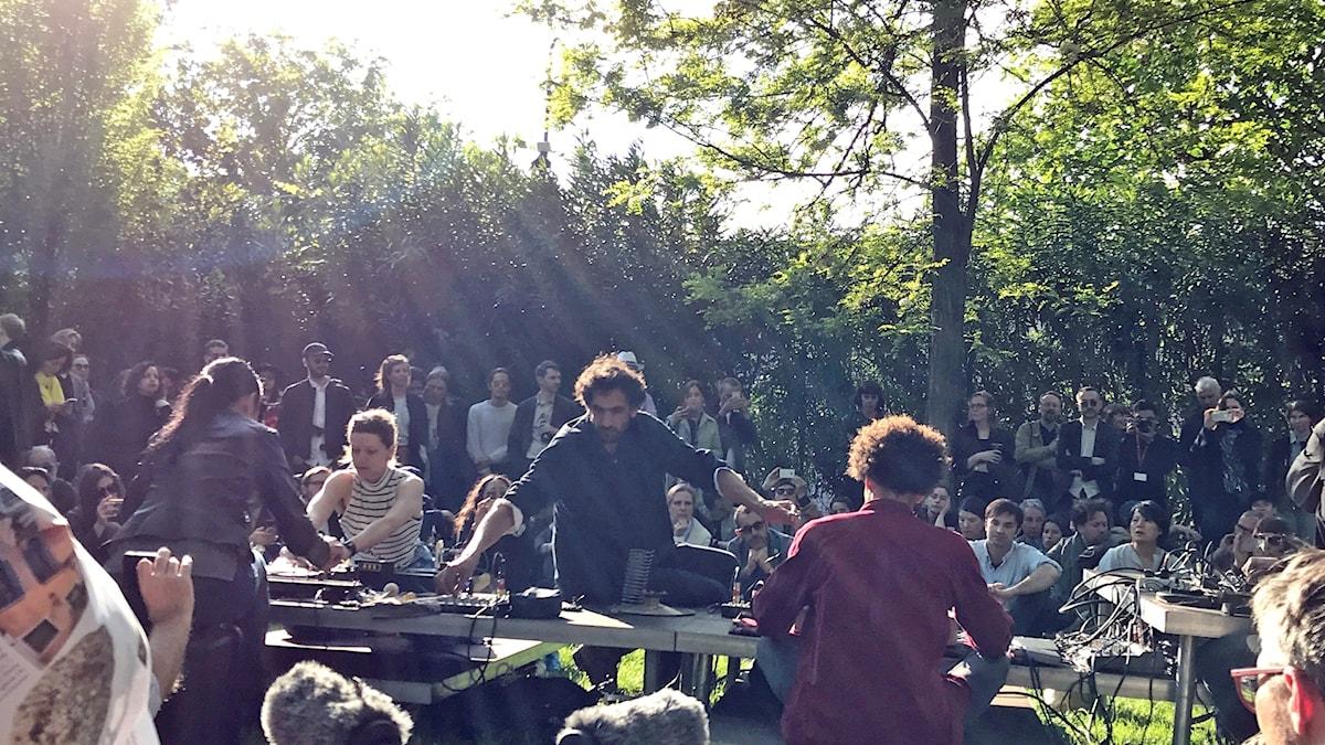 Tarek Atouis performance i Giardino delle Virgini