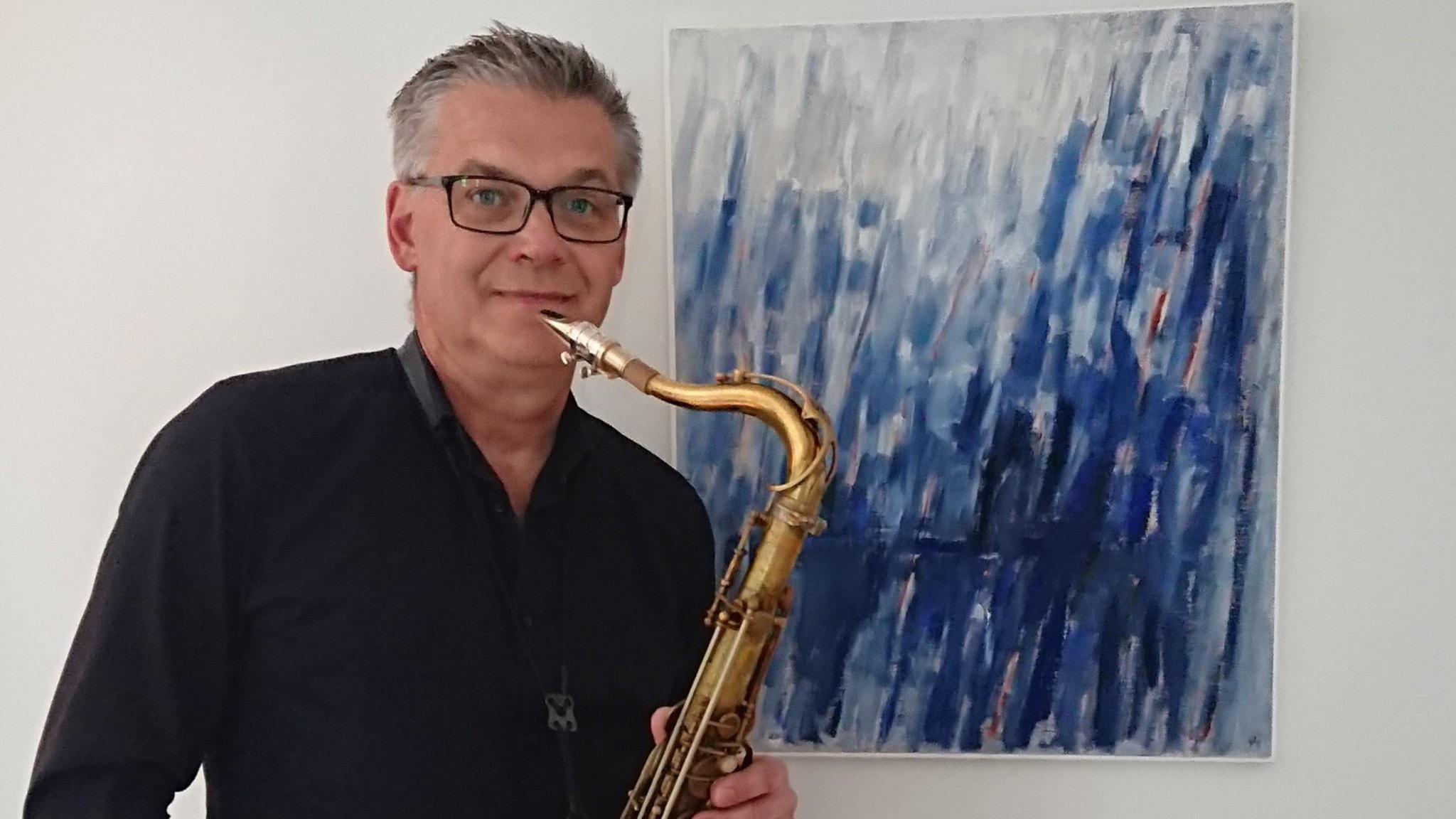 """Saxofonisten Per Thornberg framför """"Blå rytm"""" av Signe Lanje (1912-2004) som han har tonsatt. Foto: Eva Thornberg."""