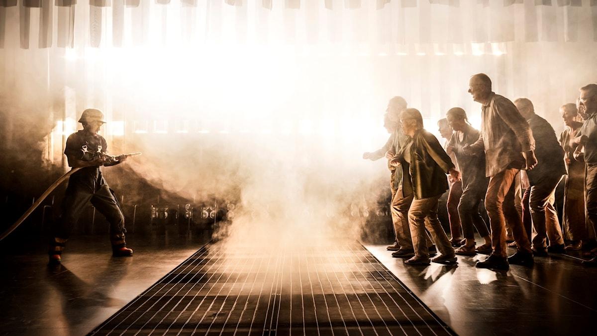 """Bild från pjäsen """"Den stora branden""""."""