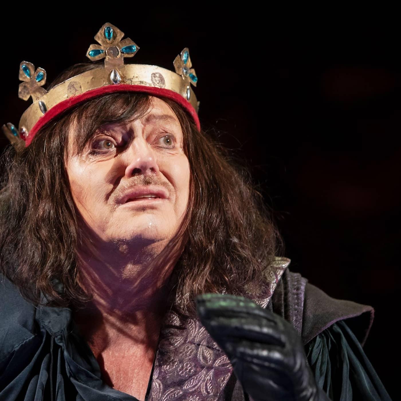 På med kungakronorna – nu öppnar teatern igen!