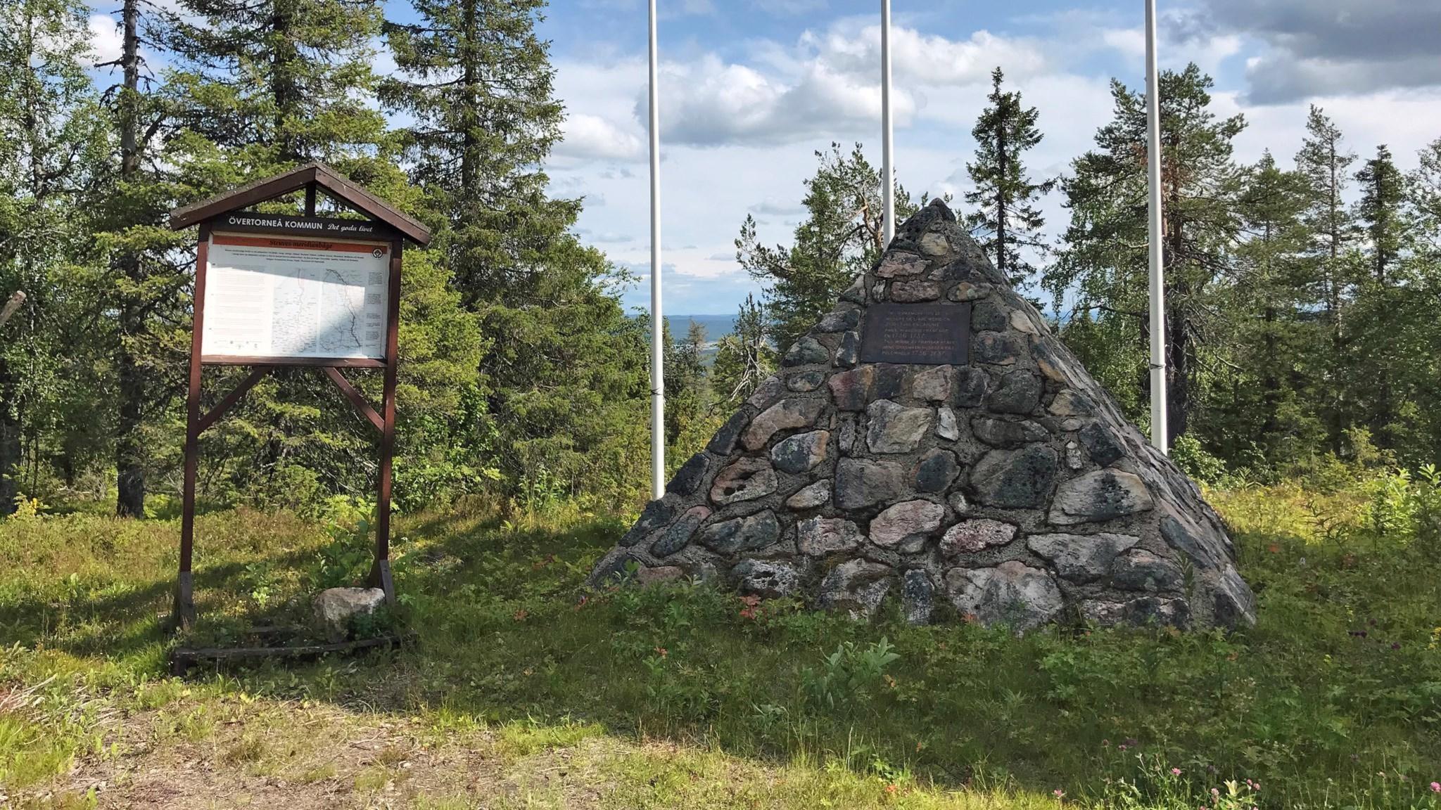 Informationstavla om Struves meridianbåge intill Maupertuis triangel, mätpunkten Pullinki.
