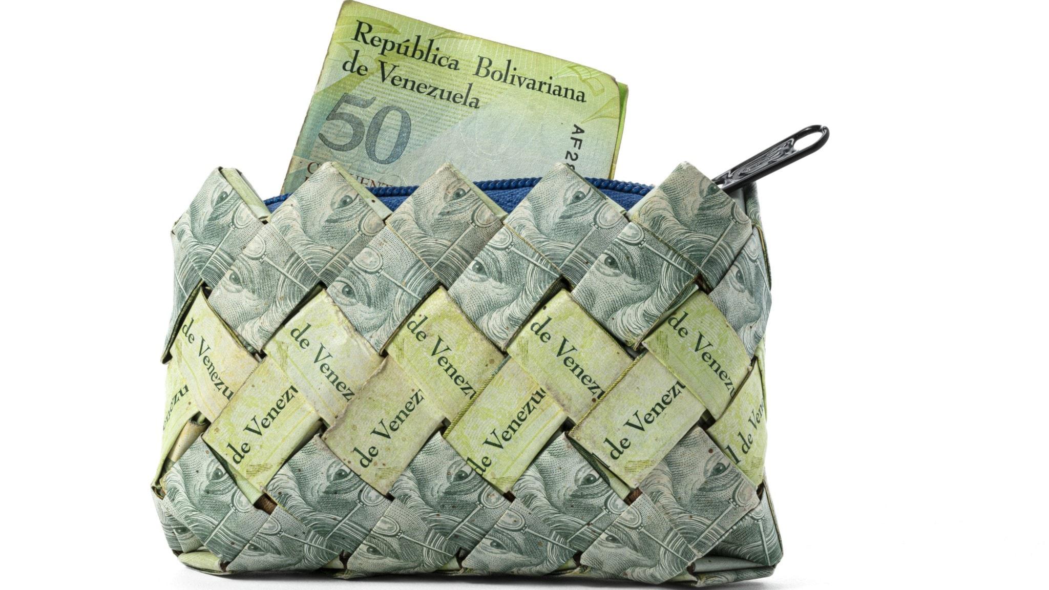 """En börs tillverkad av sedlar från Venezuela. Visas i utställningen """"Hyperinflation – ofrivilliga miljonärer och värdelösa pengar""""."""