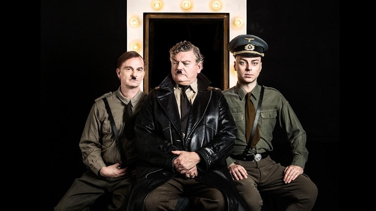 """Sven Ahlström, Dan Ekborg och Robert Fux i föreställningen """"Lite lugn före stormen"""" på Stockholms stadsteater."""