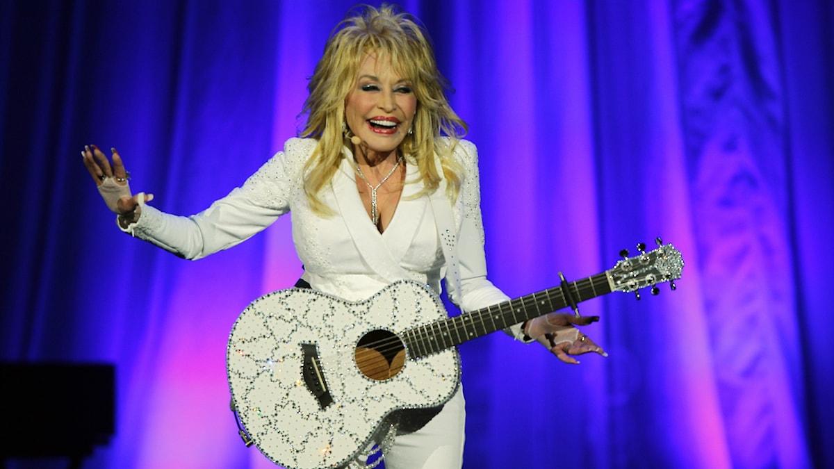 Dolly Parton håller i en gitarr