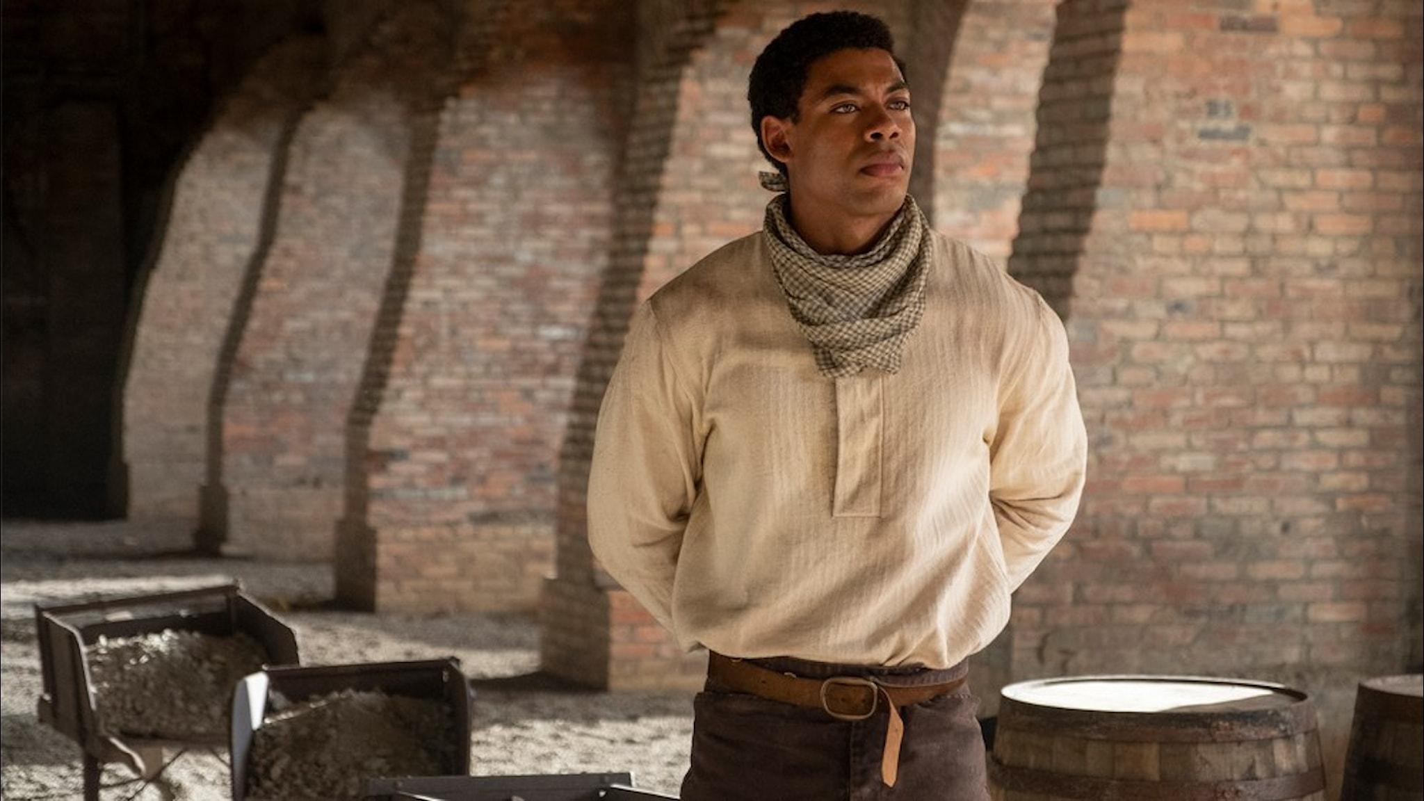 Aaron Pierre i rollen som Ceasar i The Underground Railroad.