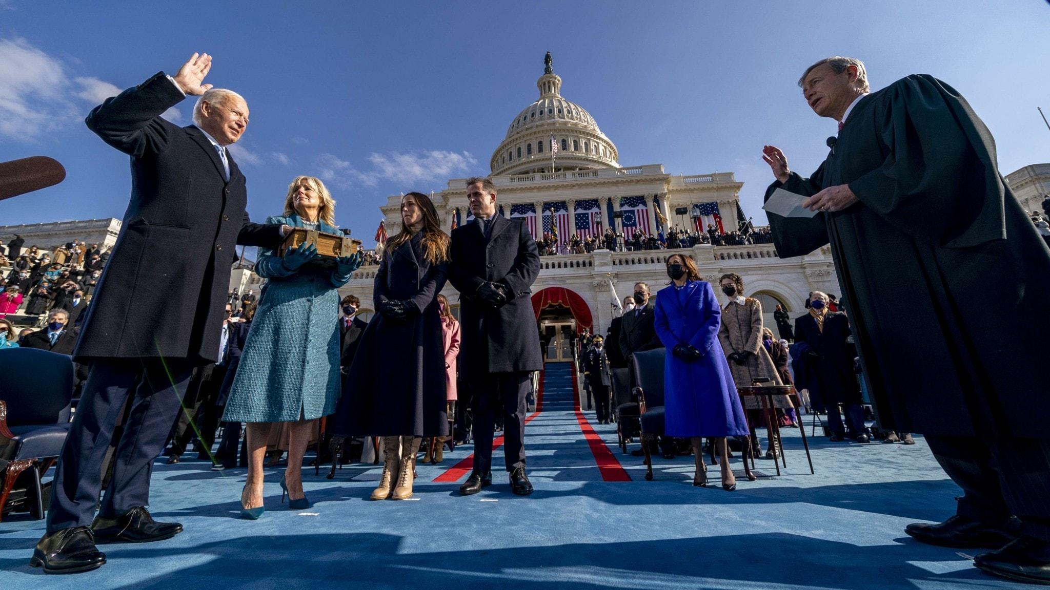 Joe Biden svärs in som president.