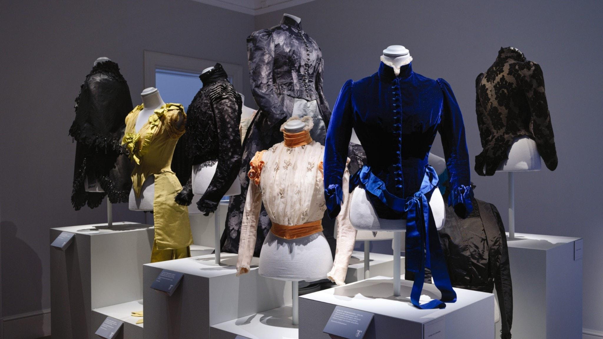 Svenskt modes urmoder i helfigur på Thielska galleriet