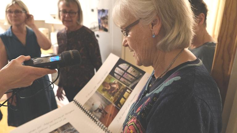 Bokcirkeln tittar i sitt fotoalbum.