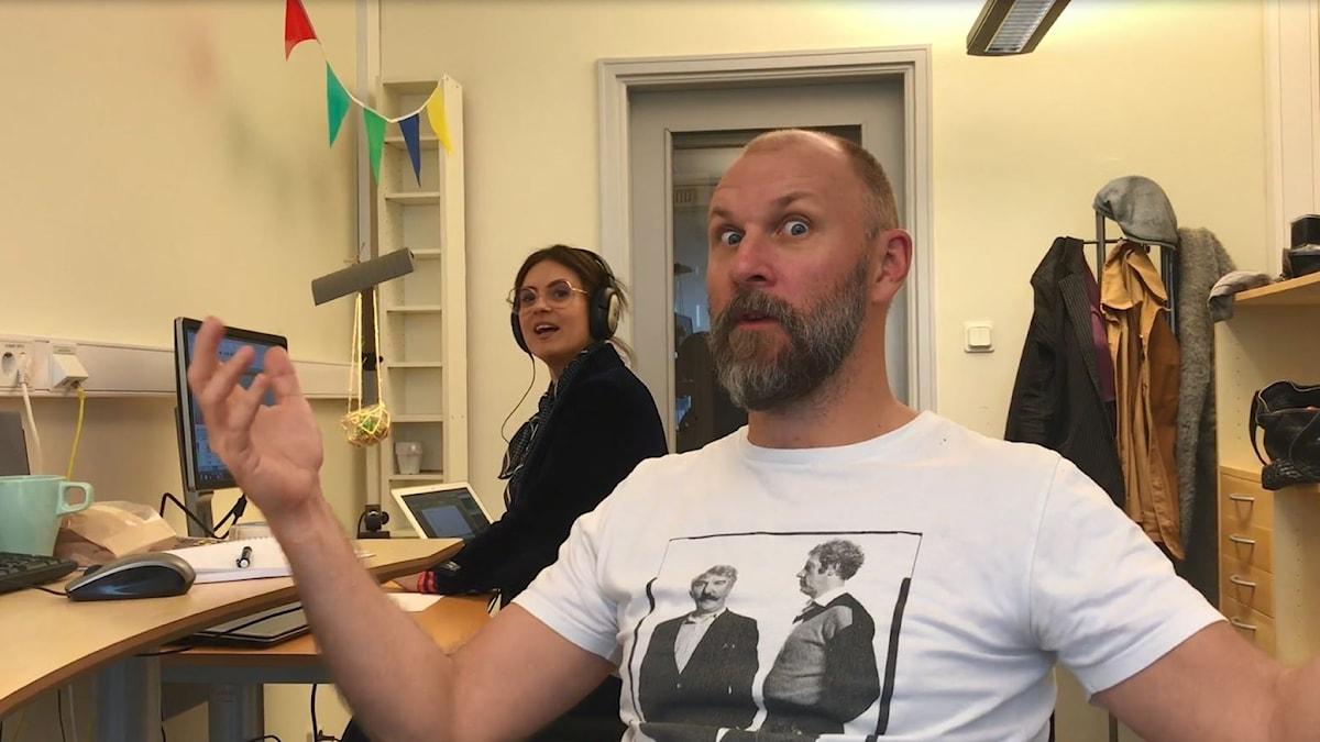 Kalle Lind och Susanna Dzamic programleder Fredag i P4.