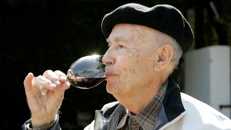 Pensionär dricker vin