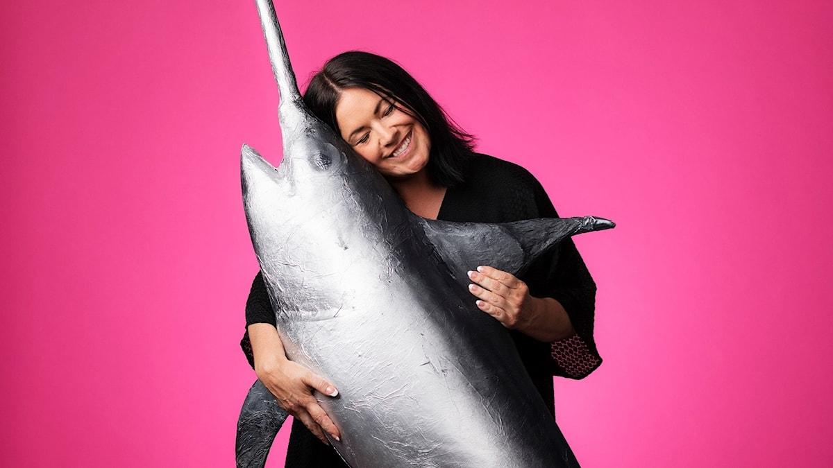 Martina Thun kramar en svärdfisk.