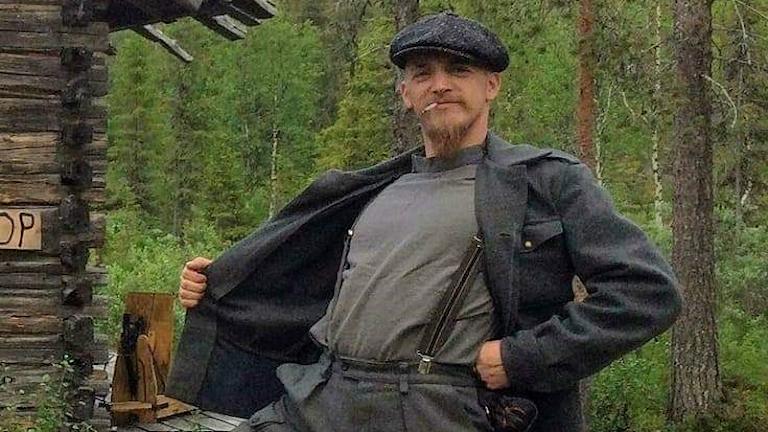 Taiteilija Janne Peltokangas takki auki ladon edustalla
