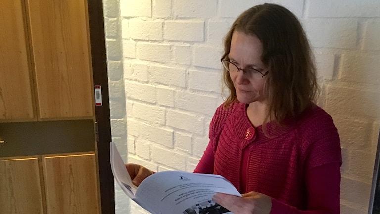 Anoo Niskanen selaa uskontotieteen pro graduaan