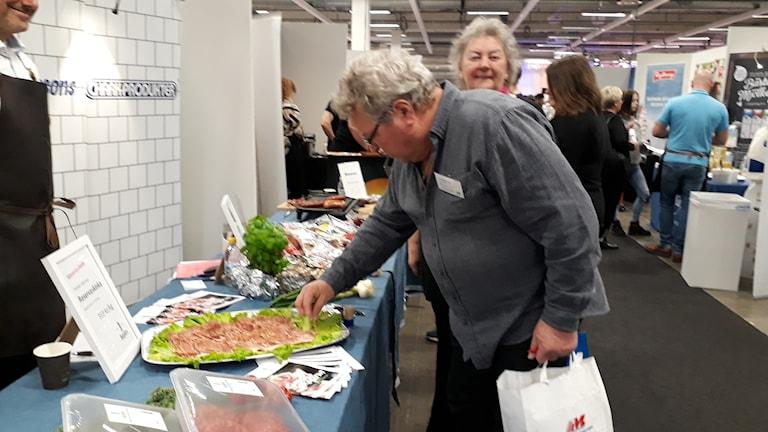 Seppo Himanen maistaa ilmakuivattua ruotsalaista sianlihaa