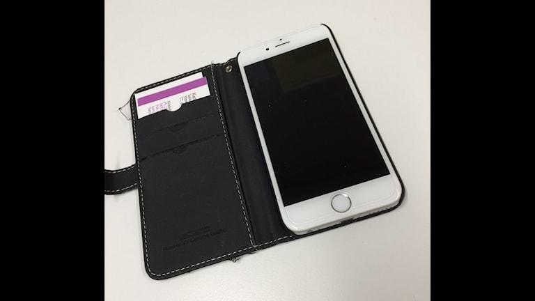 iPhone mustissa kuorissa