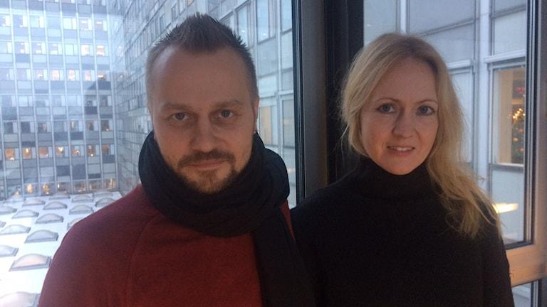 Jyri Pitkänen ja Eveliina Talvitie Radiotalon käytävässä.