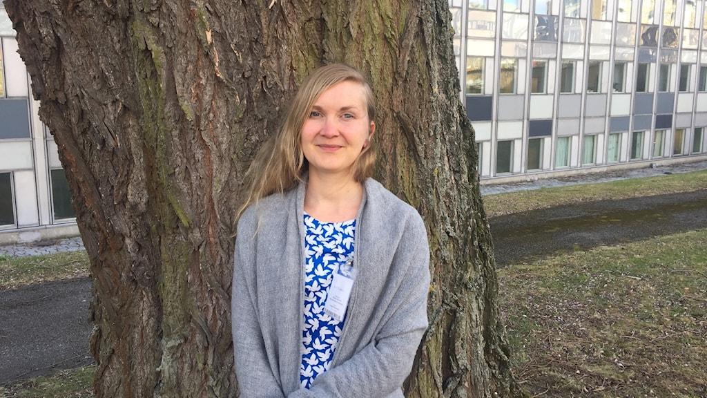 Hanna Samola Radiotalon pihassa puun edessä
