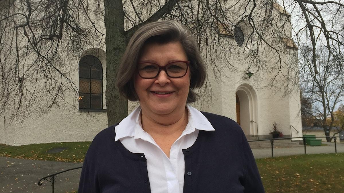 Heli Salvi Lindesbergin kirkon edessä