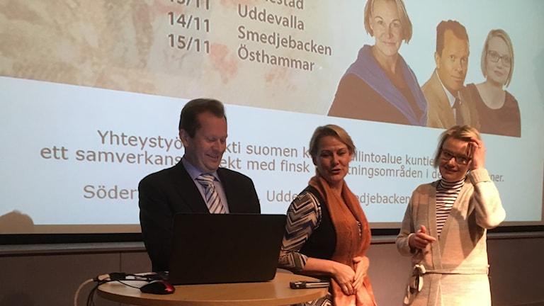 Mika Kulju, Sanna Seppänen ja Pirjo Kähkönen aloittelemassa esitystään Bohusin museossa Uddevallassa