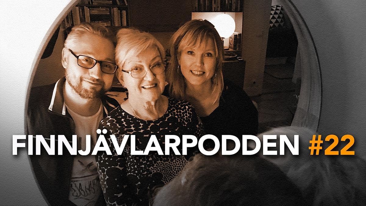 Kristian Borg, Malla Taipale och Victoria Rixer tittar in i kameran genom en spegel.
