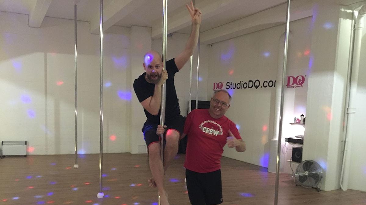 Martin Marhlo och Lasse Persson testar poledance.