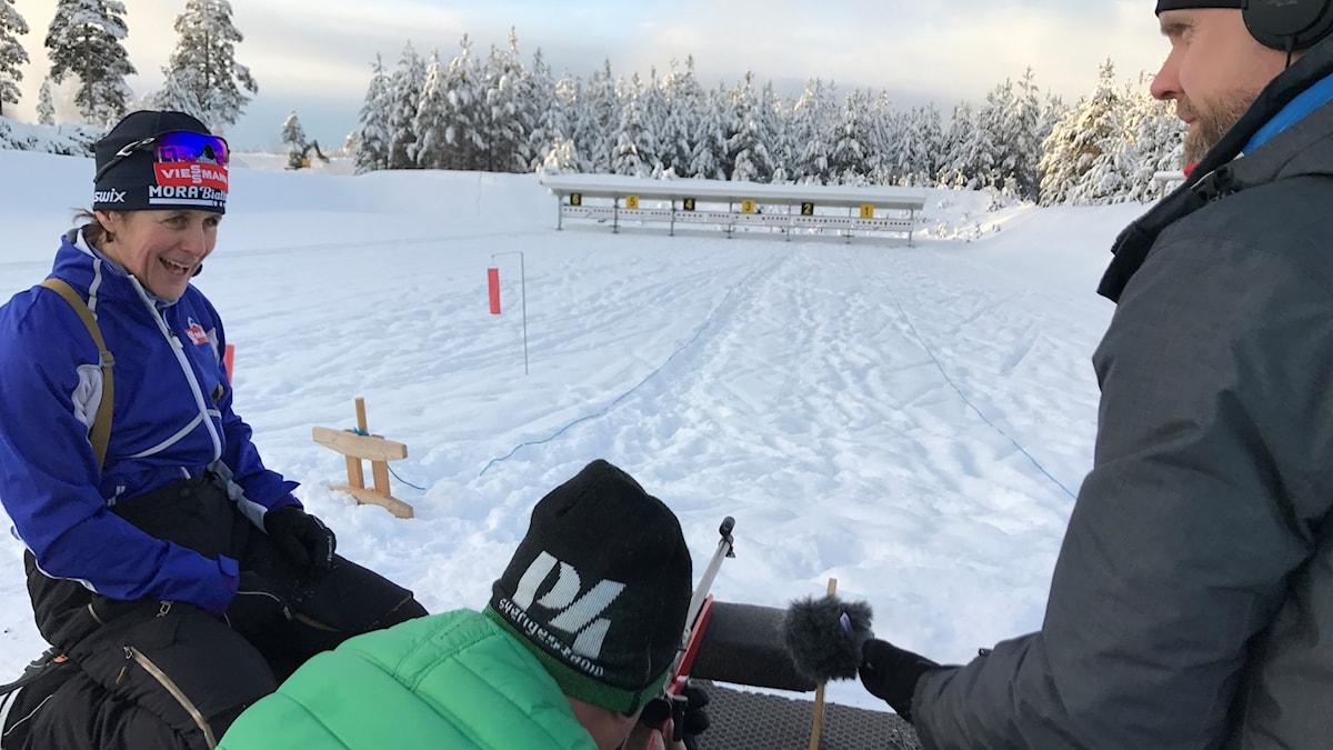 Lasse Persson och Martin Marhlo får hjälp av Uschi Disl. Foto: Andreas Lundin/SR