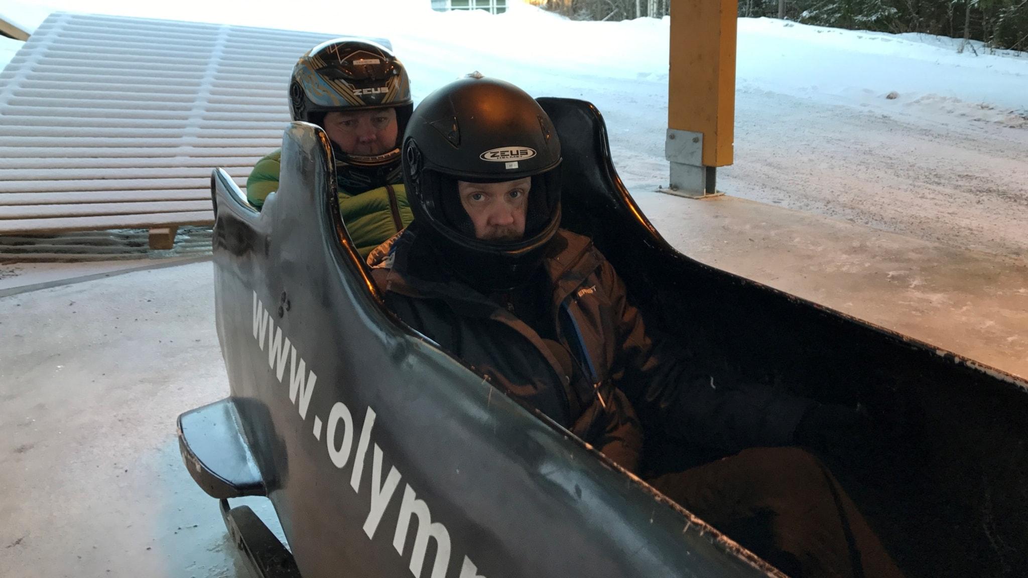 Lasse Persson och Martin Marhlo testar bob. Foto: Andreas Lundin/SR