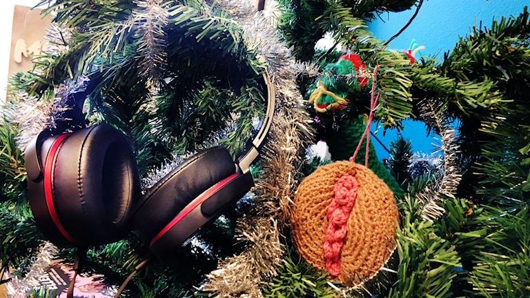Ett par hörlurar hänger i en julgrann
