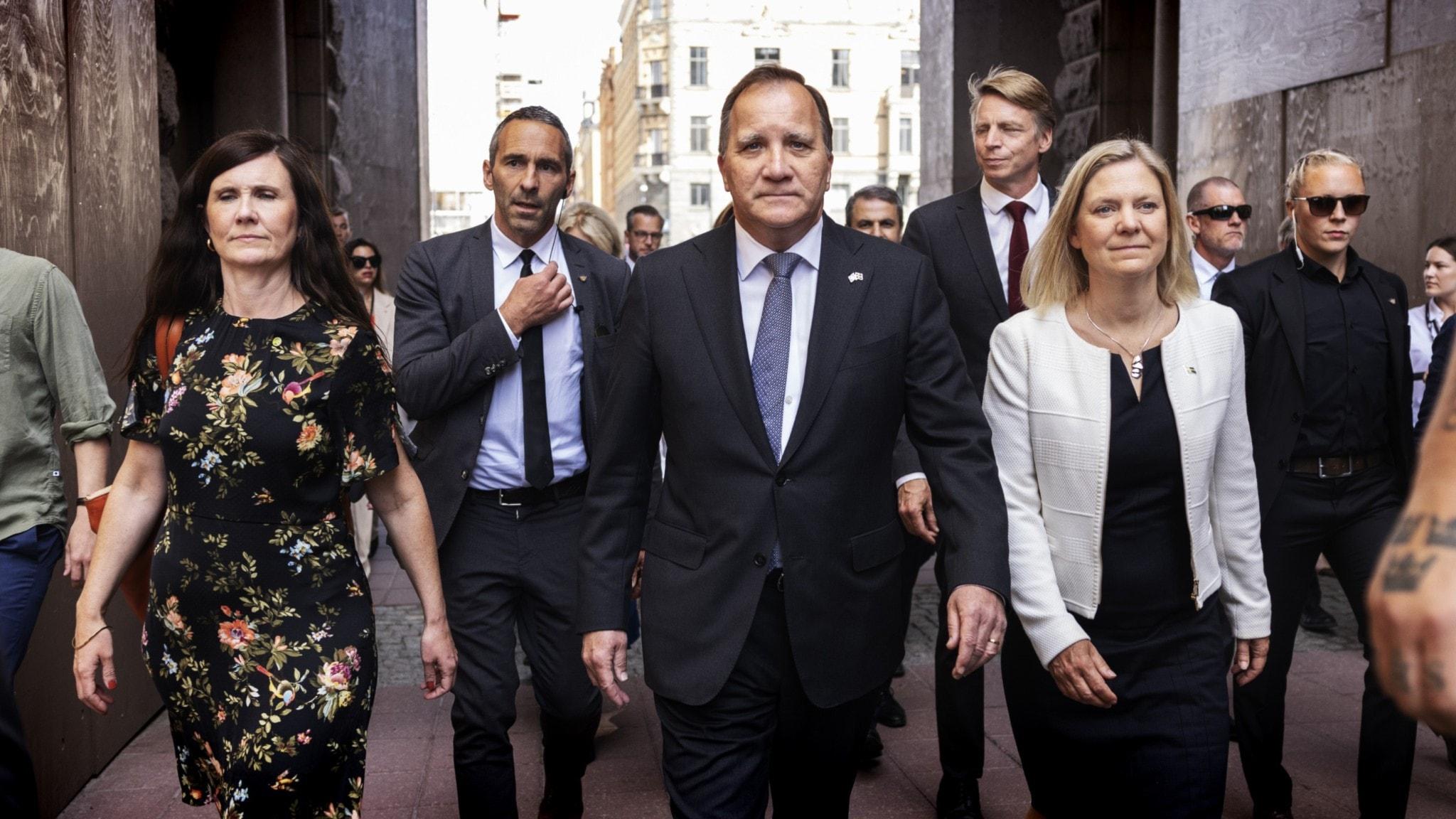 Stefan Löfven och regeringen går i grupp utanför Riksdagen.
