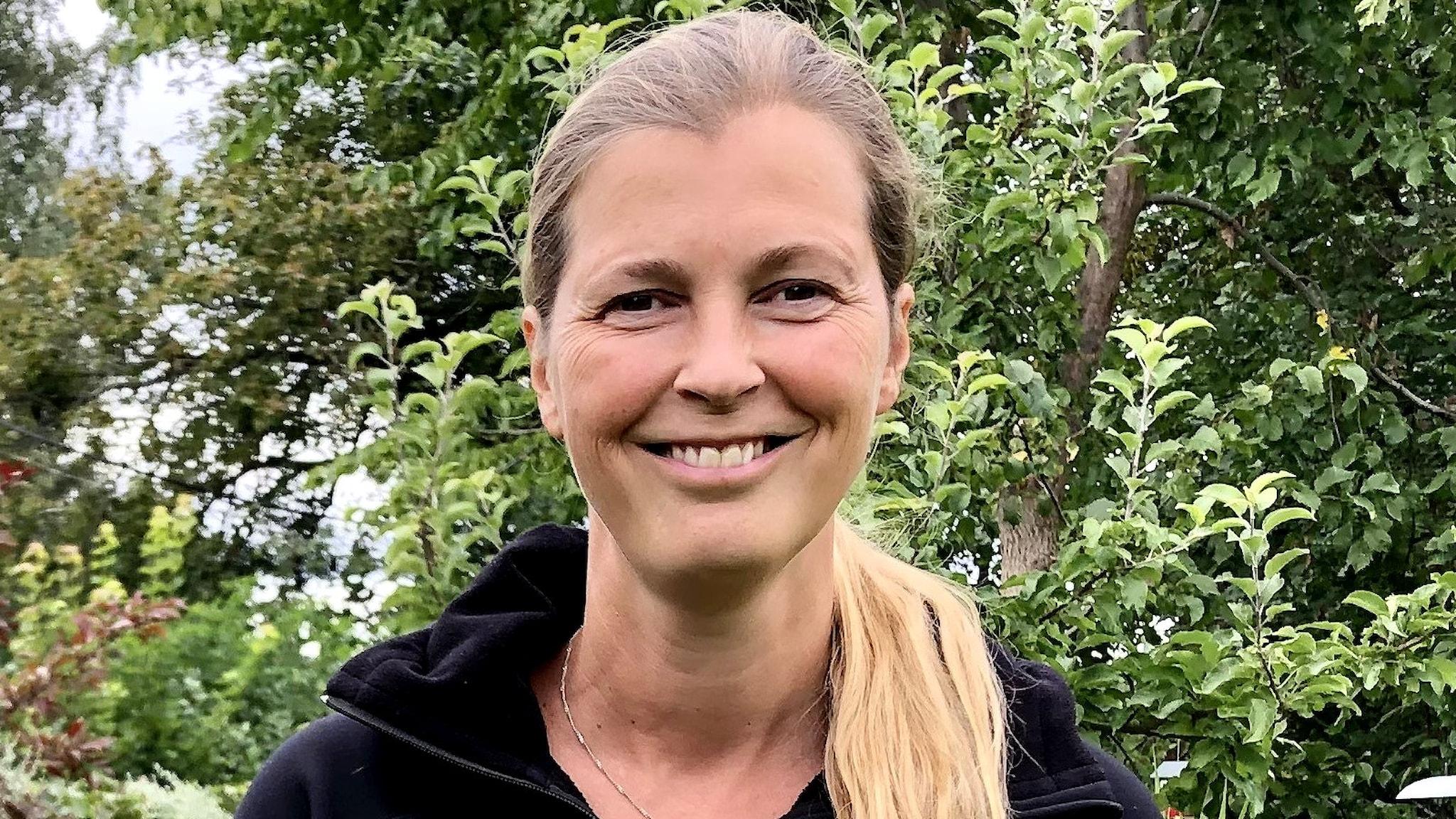 Gabriella Ekström ler