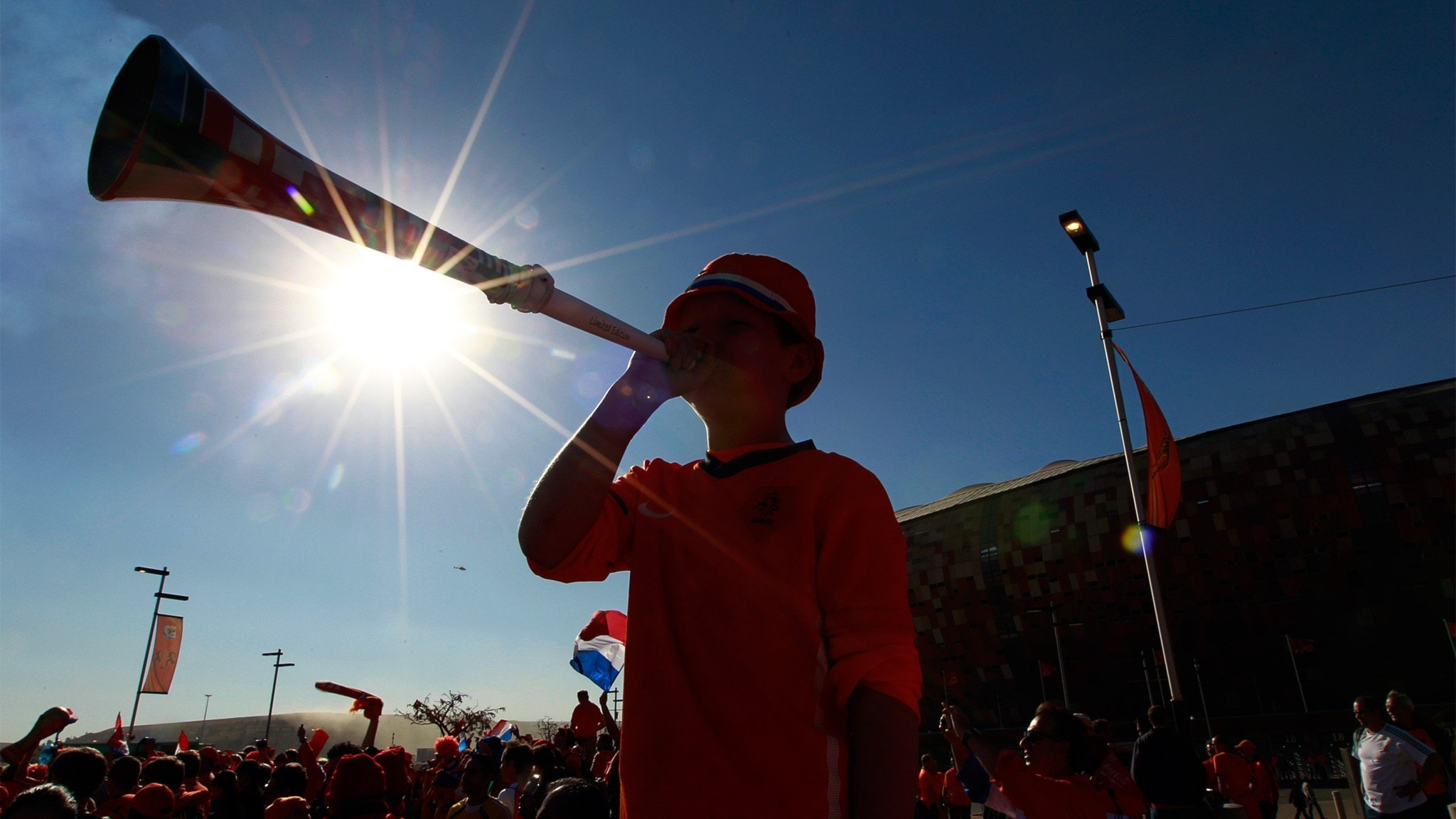 Person blåser i en vuvuzela.