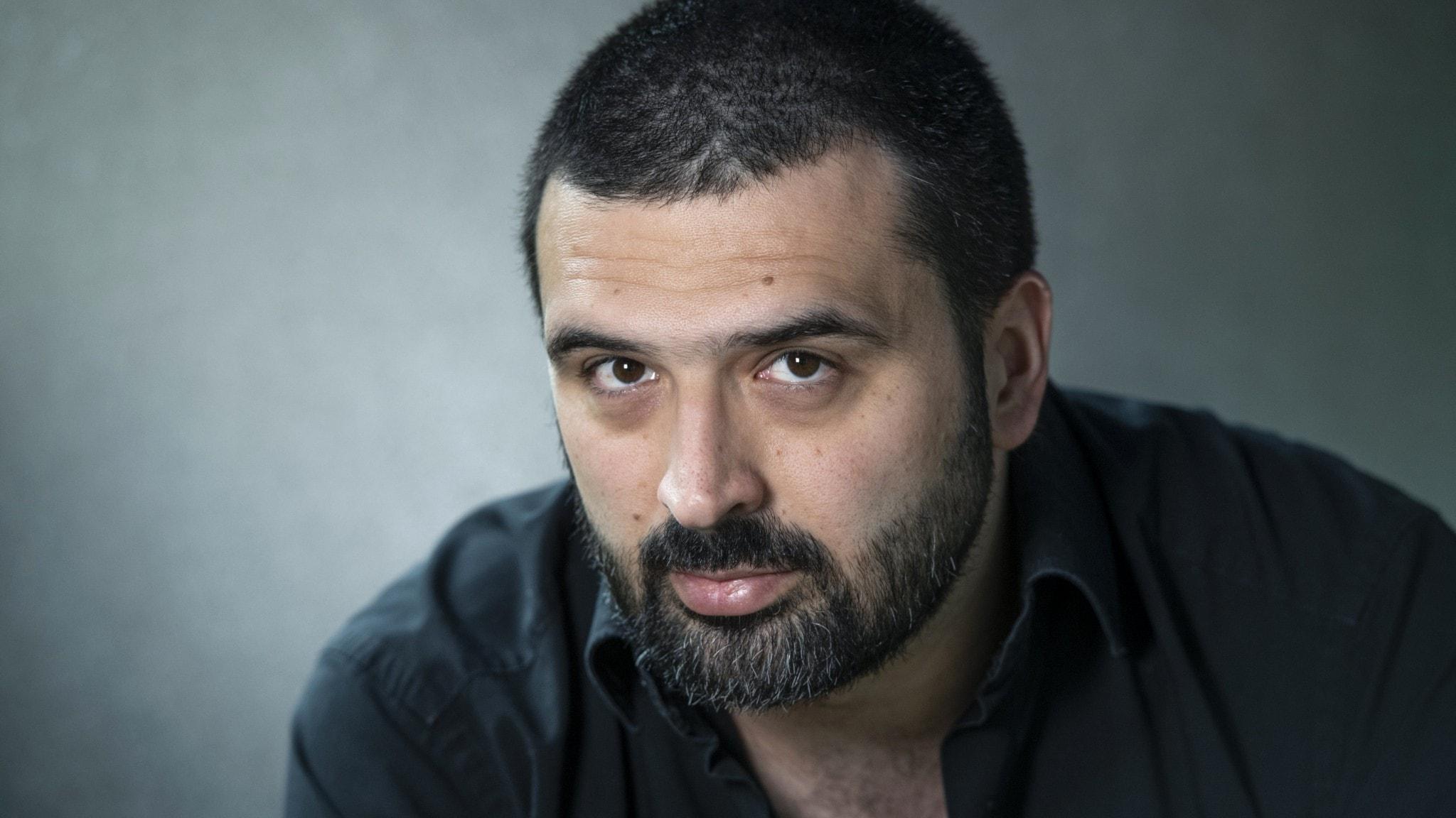 Ali Esbati kollar in i kameran.
