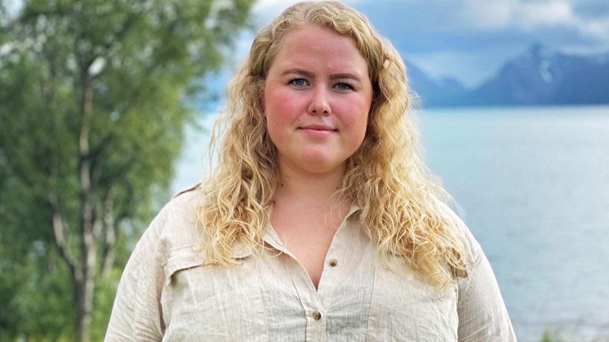 Hanne Linaker står med en sjö i bakgrunden.